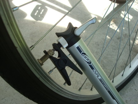 bike pump with clip on japan wheel